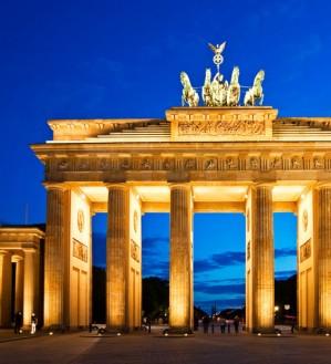 Deutschland ist ein Land mit einer langen, interessanten Geschichte, welches große Dichter und Denker hervor gebracht hat. Durch seine entscheidende Rolle in der tausendjährigen abendländischen Geschichte hat es einen wahren Fundus an Kulturerrungenschaften hervorgebracht, welche zum Großteil auch noch heute erhalten sind.